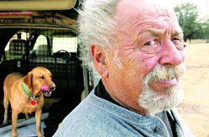 """来自美联社的悲伤消息,有""""硬汉派""""作家之称的美国作家吉姆·哈里森因心脏病于3月26日在美国亚利桑那州南部巴塔哥尼亚的居所辞世,享年78岁。"""