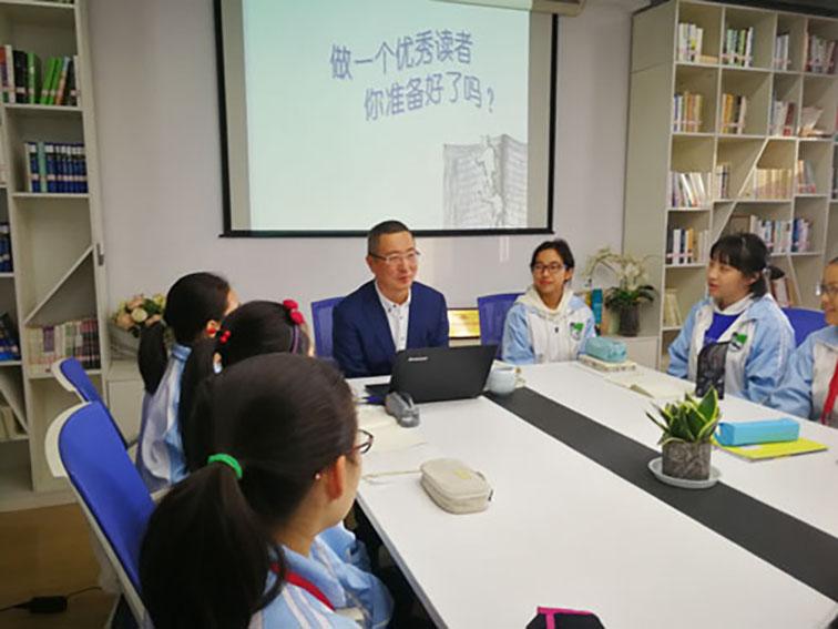 金晓东校长给文学社同学开讲座.jpg