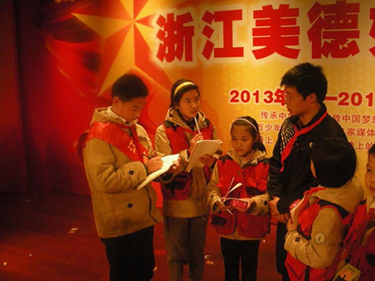 小记者在省美德少年活动中采访.jpg