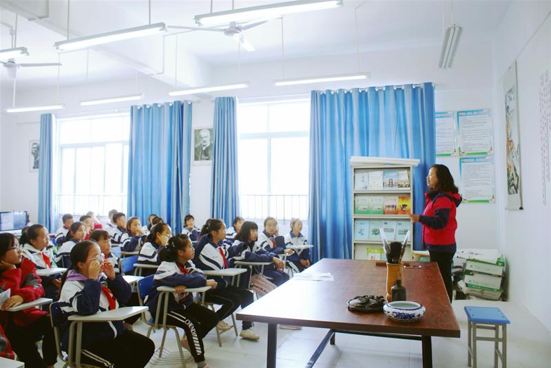 我校的指导老师吴泰荣以讲座的形式对文学社的学生进行诗词鉴赏的辅导,并现场回答了部分学生的提问。.png